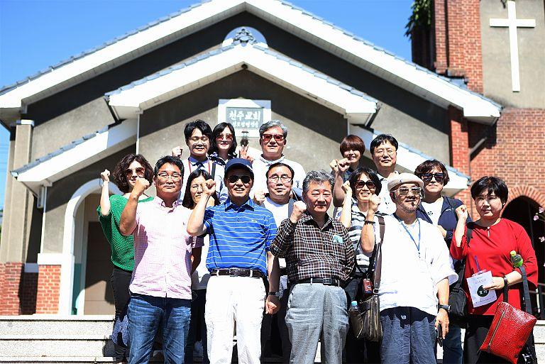 버스타고세종여행_2_단체사진(부강성당).jpg